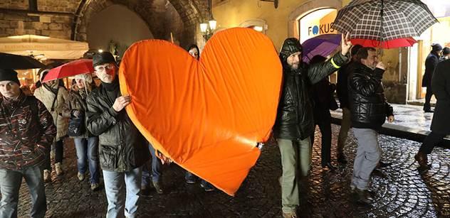 V Praze se vzpomínalo na Havla, lidé zapalovali svíčky