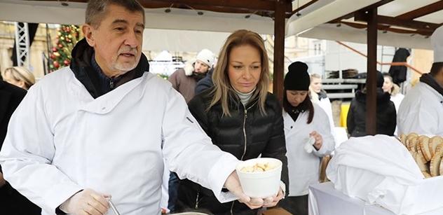 Lidé v centru Prahy čekali dlouhé fronty na rybí polévku. Naléval i Babiš
