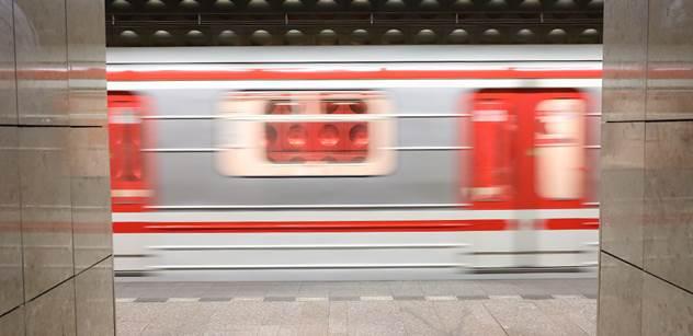 To nedopadlo dobře: První den otevřených hospod a pražské noční tramvaje praskaly ve švech