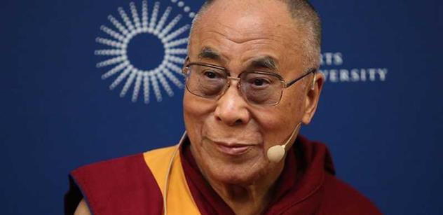 FOTO Dalajlámu do Česka přivezli Číňané, hlásil nadšený novinář z ČT. Toto zjištění PL mu opravdu zkazí radost