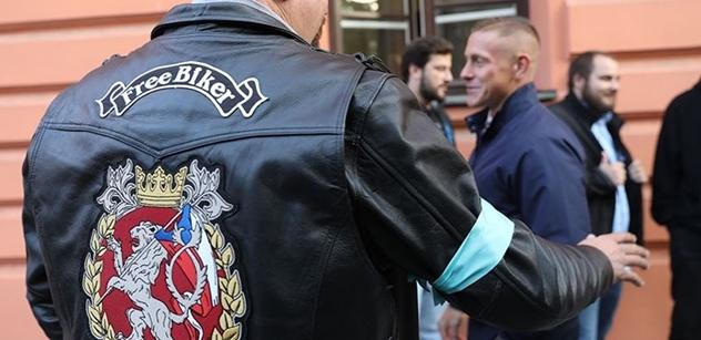 Ostře sledovaný případ: Policistu, který zneškodnil motorkáře, přišli k soudu podpořit kolegové i motorkáři