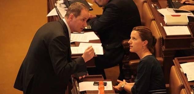 Zaměstnancům sněmovny dochází trpělivost. Ničí je přesčasy