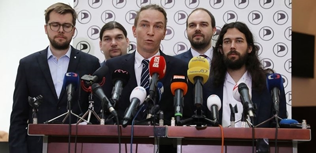 Piráti si dnes zvolí nové vedení, na předsedu jsou tři kandidáti