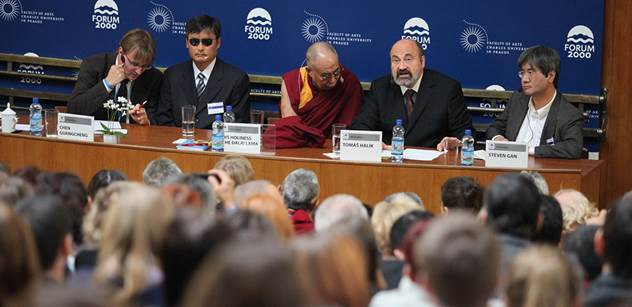 Hovno! Tajtrlík a prďola dalajláma. Sobotka už není oblíbencem pražské kavárny. Dusno a smích kolem návštěvy