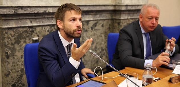 Oni to vyšetřit nechtějí! Ministr ve Sněmovně zaskočil šéfa KSČM, který se ptal na privatizaci