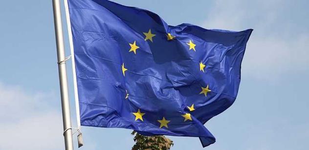 EU zatím na protiruských sankcích nic měnit nebude, uvedl  šéf komise Juncker