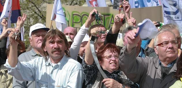 Lidé procházející kolem sněmovny dostávali sáčky na zvracení
