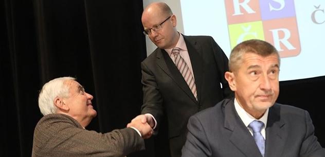 FOTO Sobotka s Babišem se potkali mezi seniory. Premiér vykládal, co všechno pro ně udělá, ale pak jej zchladil předák Pernes