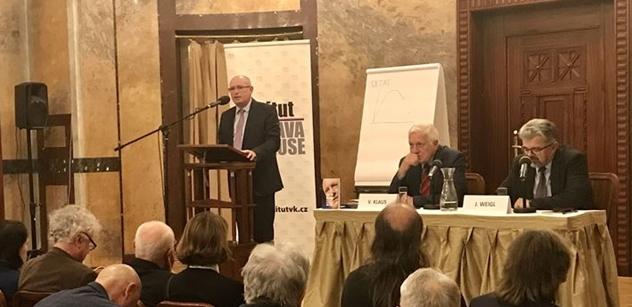 Je nutné udržet parlamentní demokracii před Milionem chvilek, vyzval Václav Klaus před zaplněným sálem. A když spatřil v publiku šéfa Rozhlasu...