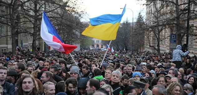 Několik tisíc lidí, portrét Václava Havla, ukrajinská vlajka a transparenty! To vše na Albertově
