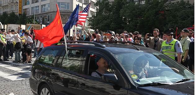 Toto napsali v Rusku: Normální Češi Noční vlky vítali, jen ti divní lidé s americkými a ukrajinskými vlajkami...