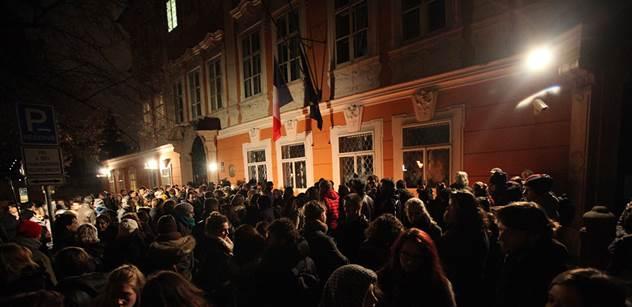 Solidaritu s oběťmi pařížského útoku vyjádřily v ČR stovky lidí