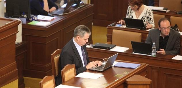 Ministr Dienstbier: Je to trošku slovíčkaření. Vláda jenom respektuje vůli sněmovny