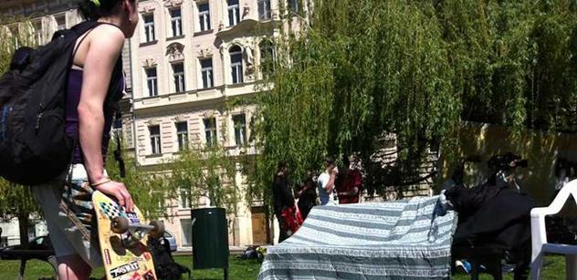 Protestní kemp na Klárově vadí místním. Jak stany vytlačit, ale policie netuší
