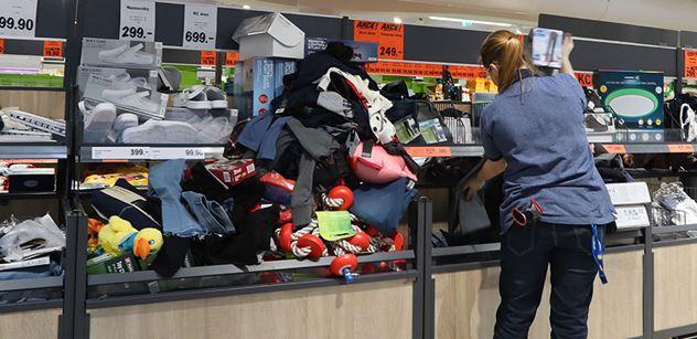 Výbuchy vzteku: Roušky v marketech vyvolaly válku. Už to začíná být zlé