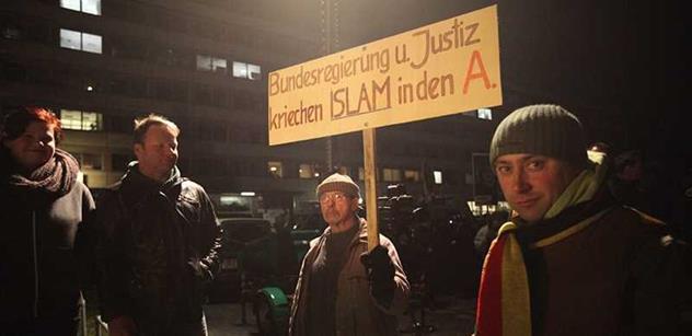 Mladý demonstrant bez obalu o islámu v Evropě, prázdných slovech Hollandea, fackovaném Rusku i sebeklamu Čechů
