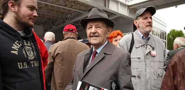 Odpůrci komunismu potkali Miloše Jakeše a nestačili se divit. Budete koukat, co bývalý generální tajemník dělal
