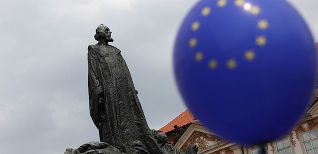 Nikdy nebylo tak dobře. Karel IV. byl Němec. Klausovci chtějí z EU, i když bude o třetinu hůř, zaznělo na dobře obsazené debatě