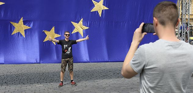 """,,A teď muži začnou kojit!"""" ODS, KSČM, Okamura... Dusno kolem nařízení EU o rodičích a dětech"""