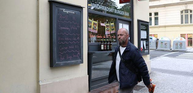 Otevřená pražská hospoda zase zavřela. Příště přijdeme se zatykačem, pohrozila policie majiteli