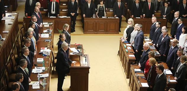 Nečekaný zvrat hlasování o důvěře vládě. Poslanci zvedli ruce a rozešli se do úterý