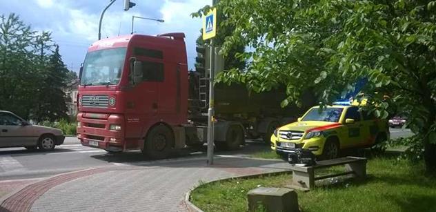 Soudy poslaly do vazby posádky dvou kamionů s migranty