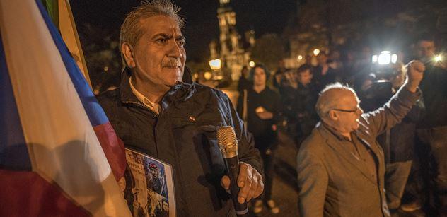 FOTO Čmoud u Petříčka: Turecký útok na Kurdy se přenesl do Prahy. Bylo veselo