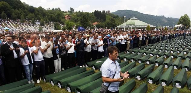 Srbský premiér se přijel poklonit do Srebrenice. Zasypali ho kamením a botami