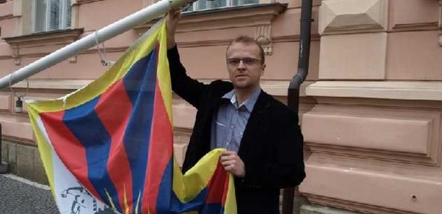 Nad krajským úřadem zavlaje tibetská vlajka