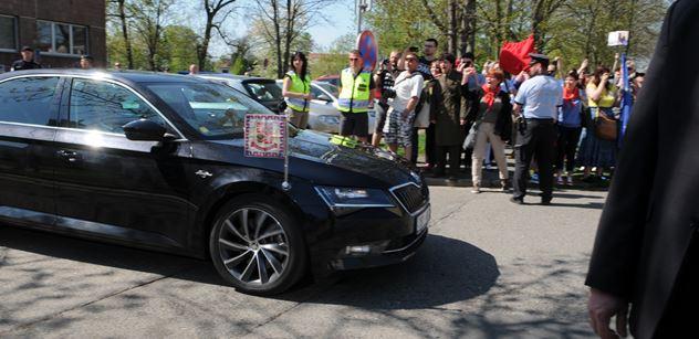 Odpůrci KSČM se dobývali na sjezd, musela je krotit policie. Pak dorazil Michal Horáček a recitoval básničku o východní marce