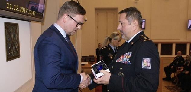 Ředitel SUZ MV převzal ocenění od cizinecké policie