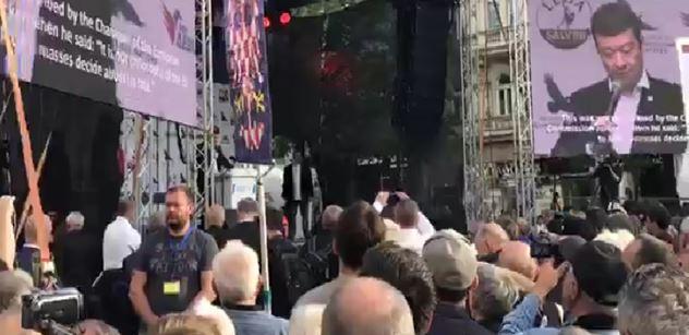 VIDEO Podívejte, jak ti rádoby demokratičtí sluníčkáři pískají... Okamura mluvil na Václaváku, v postranních ulicích dělali odpůrci bordel