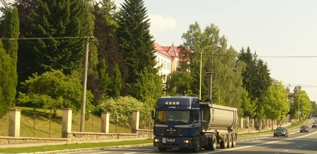 Obce plné těžkých kamionů kvůli rozšiřování mýta? Je zde česko-německá petice