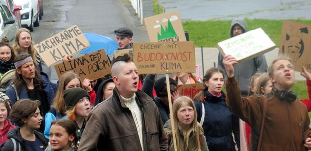 FOTO Berte nás vážně! Vyzýváme vládu, aby... Středoškoláci bojovali za klima v ulicích