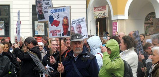 Zeman je zlý stařík. Že máme držet hubu? Ne, on má být prezidentem i Prahy, nejen hospody, řekl mladý TOPák na demonstraci