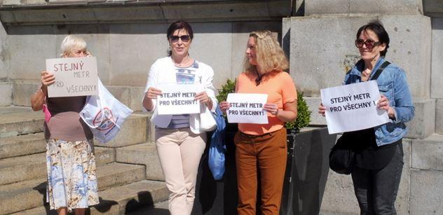 FOTO Vyjděte na náměstí! vyzval Milion chvilek. A čtyři ženy poslechly. Toto se dělo