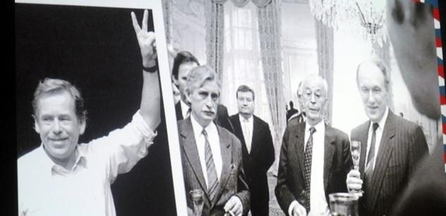"""Havlův raketový vzestup, KGB, """"mrtvý"""" Šmíd, Lorenc, Dubček. Historik Macháček odkrývá pozadí listopadu 1989"""