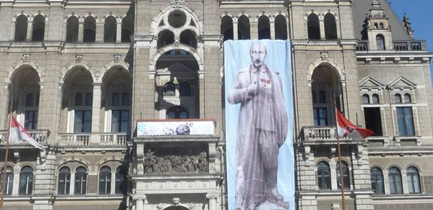 """Z liberecké radnice visí Putin jako Hitler. Primátorka to podporuje a mluví o """"aktu lidství"""""""