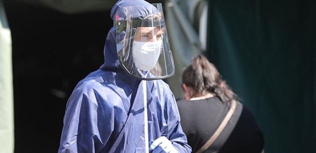 Profesor Dušek, hvězda ministerských tiskovek: Až šedesát procent nakažených zemřelo na něco jiného, ne na koronavirus