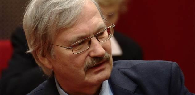 Babiš je hlavně velký kapitalista, podřídí se zájmům nadnárodního kapitálu. Agresivní NATO, imperialismus EU, řečičky Havla... Promlouvá kandidát na šéfa KSČM Hrůza