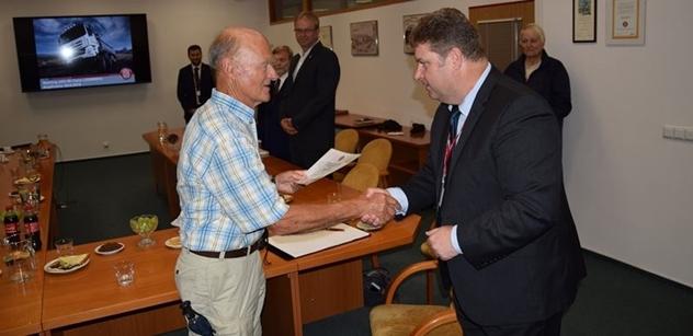 Zástupci kopřivnické TATRA TRUCKS ocenili Hanse Ledwinku in memoriam