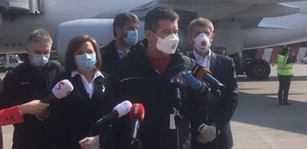 V Pardubicích a Praze přistála letadla s rouškami a respirátory