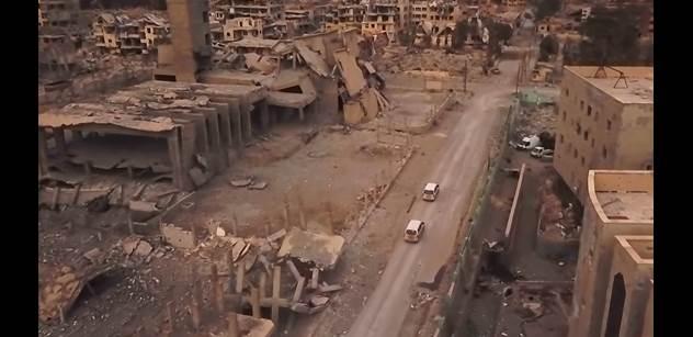 Deset let po revoluci v Sýrii je země v katastrofě. Připomeňme si, jak to začalo