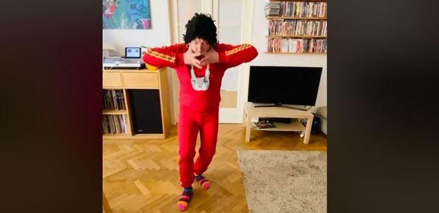 Ten se doma nudil? Slavný umělec má srandu z Prymuly. Začal hopsat, mlít a nahrávat se na VIDEO