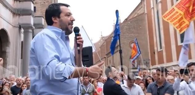 Cizí Romy vyhodíme. Italské si, bohužel, musíme nechat, řekl Matteo Salvini. Křičí na něj, ale my víme: Preference mu letí vzhůru a překonal Merkelovou