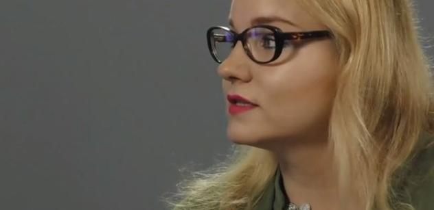 """Skončí Mikuláš Minář v koši? Ostrý humor Karolíny Stonjekové řízne i STAN a """"premiéra"""" Bartoše"""