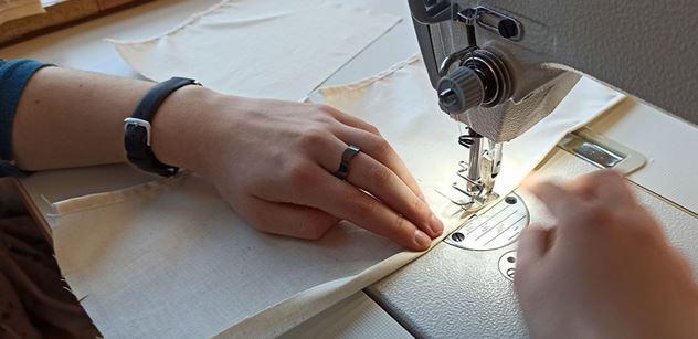 Olga Kondrashina: Roušky vyrábí a rozdává každý, kdo může