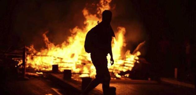 Zloba, nenávist, podkopávání demokracie, vážný trestný čin. Politici odsoudili sobotní útok na Kliniku