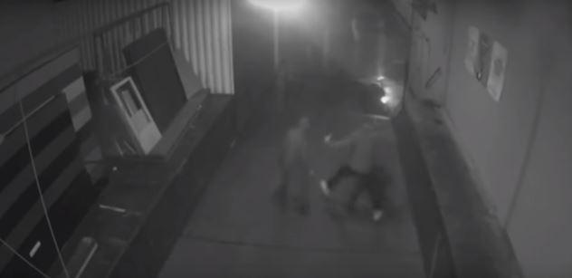 VIDEO: Pronásledování, rána zezadu a útěk. Brutální útok na německého poslance zachytily kamery