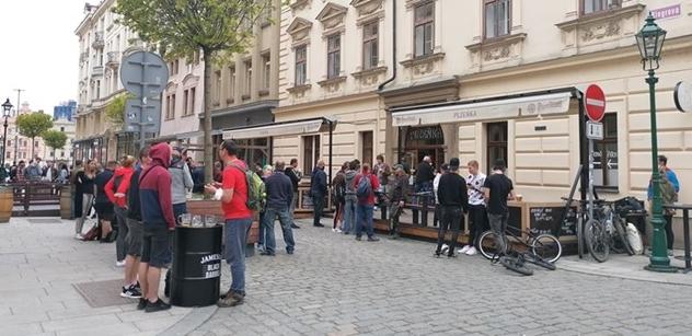 FOTO Už i Prymula vidí. Plzeň v Plzni pěkně do skla, roušky k smíchu. Zakazovače raní mrtvice